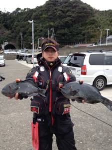 沖の赤島と壁でフカセ釣り、40cmまであと少し!!