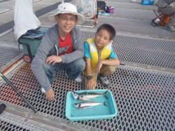 須磨海づり公園、親子でカゴ天秤釣り サバGET!