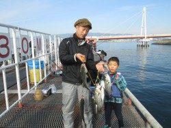 尼崎市立魚つり公園 水温16℃台、エビ撒き師の方々そろそろ出番です