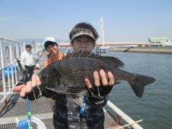 尼崎市立魚つり公園 47cmの良型チヌにハネ45cmの釣果も