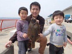 神戸市立平磯海づり公園 投げ釣りでカレイ42cm