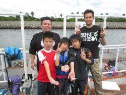ズボ釣りでスズキ67cm 尼崎市立魚つり公園